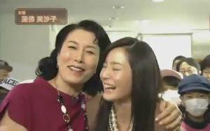 スタジオパークに出演時、高畑淳子さんと抱き合う蓮佛美沙子さん