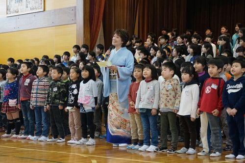 日和山小学校校歌お披露目会で生徒と一緒に歌う小林幸子さん
