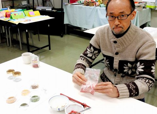 チゴふりかけの試作品をためす小柳津周教授