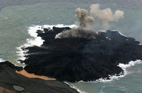 20131225もともとあった西之島とつながる