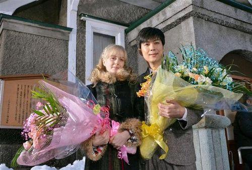 マッサン全撮影終了でシャーロット・ケイト・フォックスさんと 玉山鉄二さんに花束が贈られたシーン