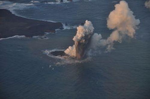 20131120の海底火山の噴火の様子