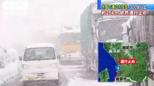 国道8号線で立ち往生するトラックなどの様子