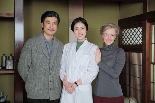 マッサンに出演する天海祐希さんと玉山鉄二さん、シャーロット・ケイト・フォックスさん