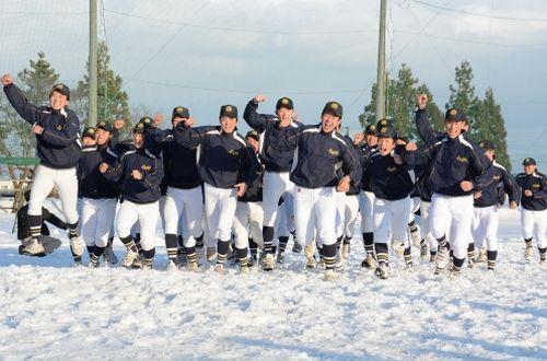 雪のグラウンドでセンバツ初出場を喜ぶ大曲工ナイン