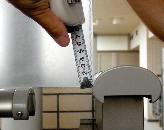マンションが傾いて最大で2.4cmのズレが出ている写真