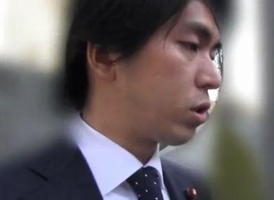 宮崎謙介議員が取材に答えている様子