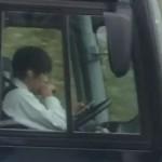 クラブツーリズムのツアーバス運転手が運転中にスマホ操作する様子