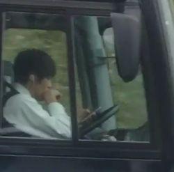 クラブツーリズムのバス運転手の動画は?東名高速運転中にスマホ操作!