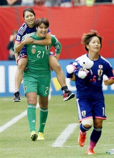 山根選手が安藤選手をおんぶしている写真