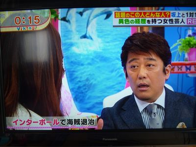 坂上忍さんがREINAにコメントしている様子