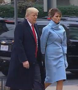 メラニア夫人の大統領就任式の服の色は水色