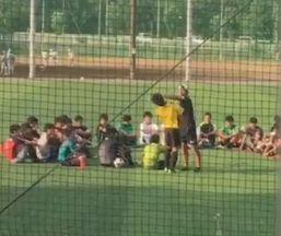 武蔵越生のコーチが生徒を殴っている様子
