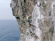 孀婦岩に登ってる様子